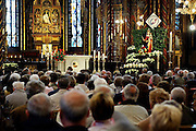 Duitsland, Kevelaer, 2-8-2005..Bedevaartgangers. Bedevaart, Mariaverering. Kerkgangers, gelovigen, kerkbezoek, ontkerking, teloorgang, chtistendom, mis, ouderen. religie, geloof, godsdienst, katholieke kerk, eucharistie viering...Foto: Flip Franssen