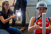 In Delft wordt atleet Rosa Bas gescand in een 3D scanner om de fiets rond haar te kunnen ontwerpen. In september wil het Human Power Team Delft en Amsterdam, dat bestaat uit studenten van de TU Delft en de VU Amsterdam, tijdens de World Human Powered Speed Challenge in Nevada een poging doen het wereldrecord snelfietsen voor vrouwen te verbreken met de VeloX 9, een gestroomlijnde ligfiets. Het record is met 121,81 km/h sinds 2010 in handen van de Francaise Barbara Buatois. De Canadees Todd Reichert is de snelste man met 144,17 km/h sinds 2016.<br /> <br /> In Delft athlete Rosa Bas is scanned in 3D to be able to design the bike around her. With the VeloX 9, a special recumbent bike, the Human Power Team Delft and Amsterdam, consisting of students of the TU Delft and the VU Amsterdam, also wants to set a new woman's world record cycling in September at the World Human Powered Speed Challenge in Nevada. The current speed record is 121,81 km/h, set in 2010 by Barbara Buatois. The fastest man is Todd Reichert with 144,17 km/h.