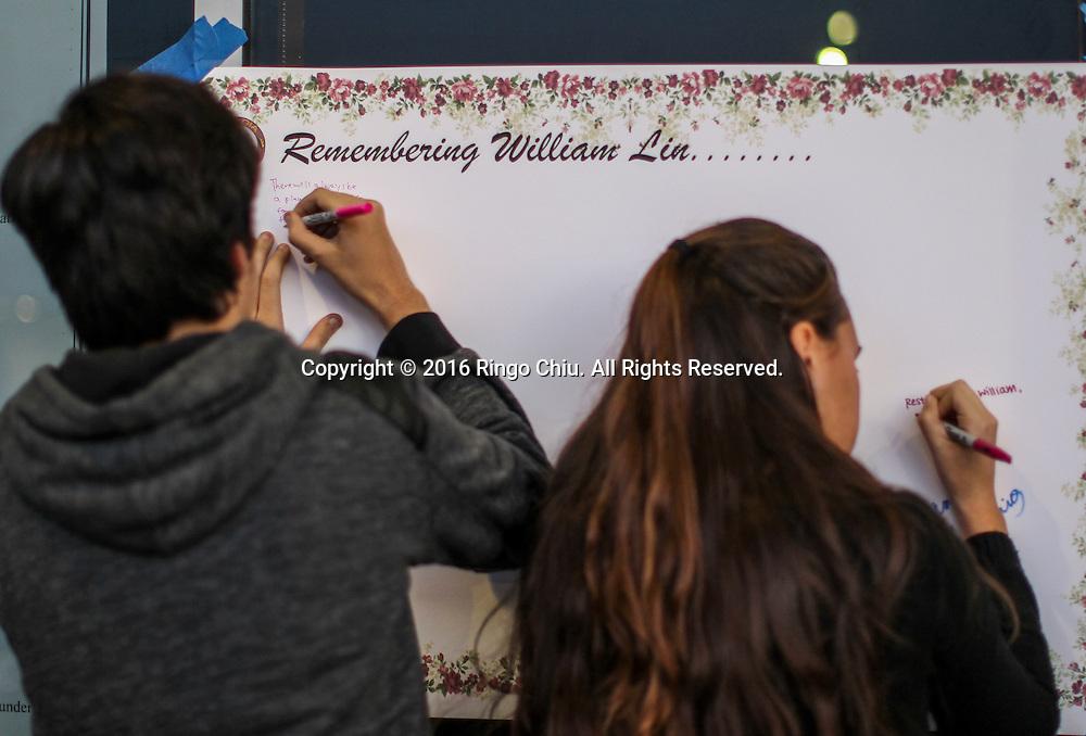 1月25日,美国洛杉矶县阿卡迪亚市,阿卡迪亚高中举办了烛光晚会悼念两名在家中被害身亡华裔兄弟。同学在纪念板上留言。上星期五,美国华裔聚居的洛杉矶县阿卡迪亚市发生双尸凶杀案,2名华裔高中学生为15岁的林安东尼(Anthony Lin)和他的哥哥,16岁的林威廉(William Lin),怀疑被姑父在家中用钝器杀害,其后,杀害两兄弟的姑父搭乘国泰航空离开美国,但香港国际机场被当地警察逮捕。新华社发 (赵汉荣摄)<br /> Students write messages at a memorial at Arcadia High School Monday night, January 25, 2016, before a candlelight vigil for the two brothers killed by their uncle in Friday, in Arcadia, California, the United States. Two brothers, 15 and 16, were found by their parents Friday at their home near school. They appeared to have suffered blunt force trauma and were pronounced dead at he scene, official said. They were identified as Arcadia High School students William and Anthony Lin, according to a statement from the Arcadia Unified School District. Their 44-year-old uncle, identified as Deyun Shi, who is suspected of killing the boys after becoming enraged that his wife had obtained a restraining order against him and begun divorce proceedings, fled on a plane to China, but was taken into custody by Hong Kong authorities Saturday as his plane arrived at Hong Kong International Airport, officials said. Authorities are working to have him returned to California. (Xinhua/Zhao Hanrong)(Photo by Ringo Chiu/PHOTOFORMULA.com)<br /> <br /> Usage Notes: This content is intended for editorial use only. For other uses, additional clearances may be required.
