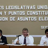TOLUCA, Mexico.- Los diputados Jose Manzur (PRI), Pablo Basanez (PRI)y Juan Hugo de la Rosa (PRD), durante los trabajos de las comisiones unidas de Legislacion y Puntos Constitucionales, asi como de Asuntos Electorales en la que se discute la reforma electoral del Estado de Mexico. Agencia MVT / Mario Vazquez de la Torre. (DIGITAL)