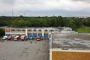 Mannheim. 28.06.16 Rheinau. Feuerwache Süd. Das 60 Jahre alte Gebäude zeigt nun Schäden, die es gilt zu sanieren. In einer Machbarkeitsstudie soll gezeigt werden, inwieweit sich Sanierungen gegenüber einem Neubau rechnen lassen.<br /> - Wasser auf dem Flachdach überhalb der Fahrzeughalle<br /> <br /> Bild: Markus Prosswitz 28JUN16 / masterpress (Bild ist honorarpflichtig - No Model Release!)