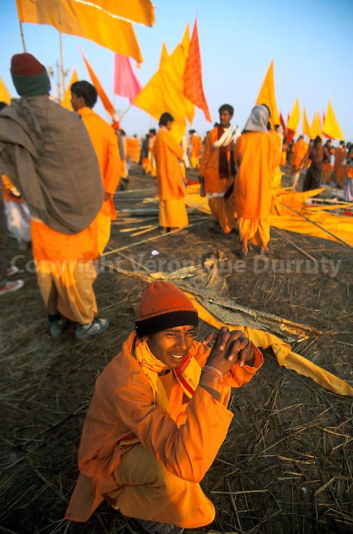 """La Khumb Mela d'Allahabad est un immense pèlerinage hindouiste qui rassemble des milliers de fidèles, et qui a lieu une fois tous les douze ans. Les fidèles viennent se baigner aux heures et aux jours """"auspicieux"""" dans le Sangam, le lieu sacré où les 3 rivières (Gange, Yamuna et Saraswati) se rencontrent. Ces jours-là, comme sur cette photo, des centaines de milliers de pèlerins ne pourront pas arriver juqu'au lieu sacré. Pour accéder au Sangam, les fidèles sont canalisés sur des kilomètres; ceci pour éviter les mouvement de foule qui ont provoqué des morts par écrasement lors des Khumb Mela précédentes...La Khumb Mela d'Allahabad est un immense pèlerinage hindouiste qui rassemble des milliers de fidèles, et qui a lieu une fois tous les douze ans. Les fidèles viennent se baigner aux heures et aux jours """"auspicieux"""" dans le Sangam, le lieu sacré où les 3 rivières (Gange, Yamuna et Saraswati) se rencontrent. Ces jours-là, comme sur cette photo, des centaines de milliers de pèlerins ne pourront pas arriver juqu'au lieu sacré. Pour accéder au Sangam, les fidèles sont canalisés sur des kilomètres; ceci pour éviter les mouvement de foule qui ont provoqué des morts par écrasement lors des Khumb Mela précédentes."""