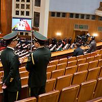 BEIJING, NOV. 8, 2012 : Militaer Musiker unterhalten sich vor Beginn des Parteikongresses.