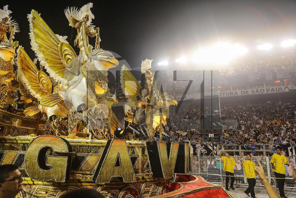 SAO PAULO, SP, 10 FEVEREIRO 2013 - CARNAVAL SP - GAVIEOES DA FIEL  - Integrantes da escola de samba Gavioes da Fiel durante desfile no segundo dia do Grupo Especial no Sambódromo do Anhembi na região norte da capital paulista, na madrugada deste domingo, 10. (FOTO: WILLIAM VOLCOV / BRAZIL PHOTO PRESS).