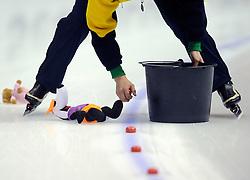 23-02-2008 SCHAATSEN: FINALE ISU WORLD CUP: HEERENVEEN<br /> De blokjes worden opgeruimd maar de beren blijven liggen - illustratief schaatsen<br /> ©2008-WWW.FOTOHOOGENDOORN.NL