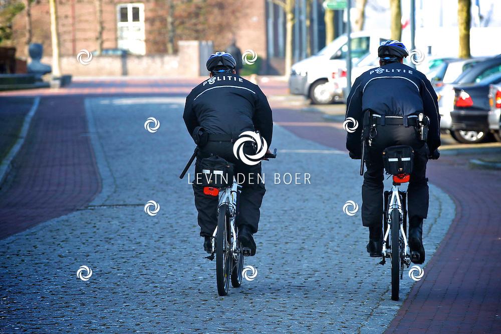 BOMMELERWAARD - De Lente is officieel van start gegaan. Overal zie je mensen genieten van het heerlijke voorjaarsweer.  Met op de foto de Politie op de fiets. FOTO LEVIN DEN BOER - PERSFOTO.NU