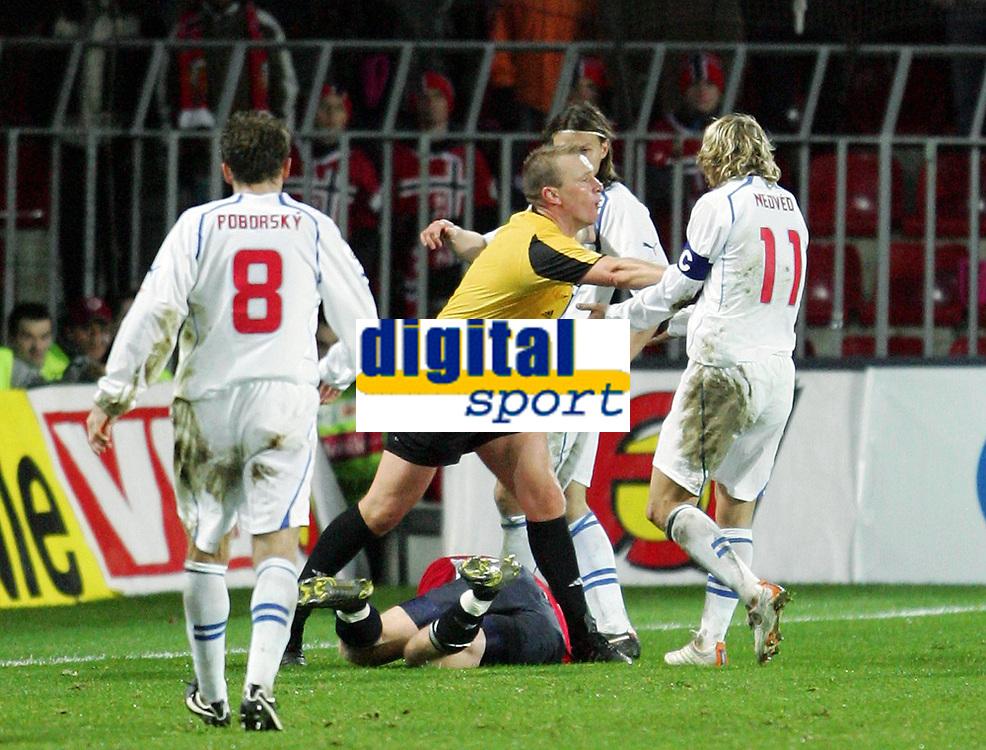 Fotball / Soccer<br /> Play off VM 2006 / Play off World Champio0nships 2006<br /> Tsjekkia v Norge 1-0<br /> Czech Republic v Norway 1-0<br /> Agg: 2-0<br /> 16.11.2005<br /> Foto: Morten Olsen, Digitalsport<br /> <br /> Referee Graham Poll pushes away Pavel Nedved