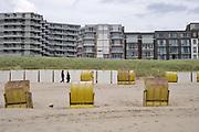 Nederland, Egmond aan zee, 27-8-2018Strand met strandhuisjes en wandelaars . langs de boulevard staan hotels en appartementen die vaak worden verhuurd aan duitse toeristen . Foto: Flip Franssen