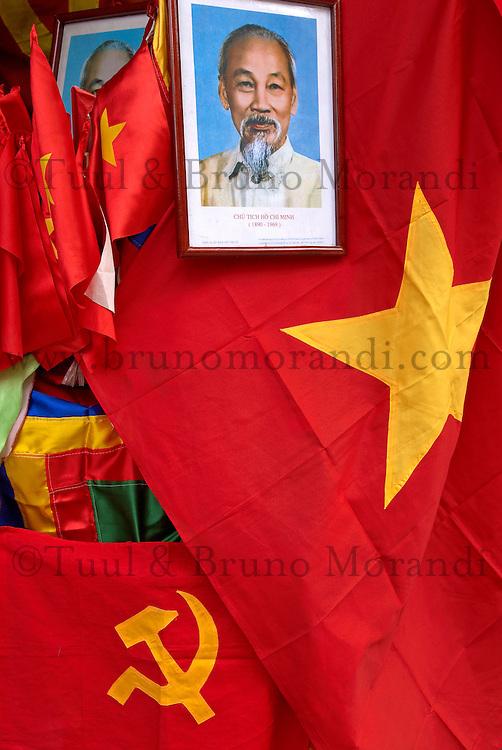 Vietnam. Hanoi. Portrait de Ho Chi Minh et drapeau commusniste dans une boutique de souvenir. // Vietnam. Hanoi. Ho Chi Minh pictures and commusnist flag in a tourist shop.