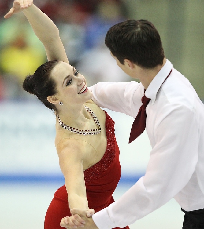 GJR451-20111030- Mississauga, Ontario,Canada-  Tessa Virtue and  Scott Moir of Canada skate to victory in the dance competition at Skate Canada International, in Mississauga, Ontario, October 30, 2011.<br /> AFP PHOTO/Geoff Robins
