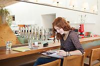 Creative Workplace, junge Frau, kreativ, Kaffeepause, Arbeiten außerhalb des Büros, Restaurant, Österreich, Horn