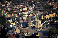 Albania. Islam rebirth during the collapse of the communist regime. Berat. GENERAL VIEW OF  DOWNTOWN CITY WITH THE MOSQUE AND ORTHODOX CHURCH  BERAT      /  VUE GENERALE DE LA  VILLE DU BAS AVEC LA MOSQUE ET L EGLISE ORTHODOXE  BERAT  Albanie   /     L0009483  /    /  P118586