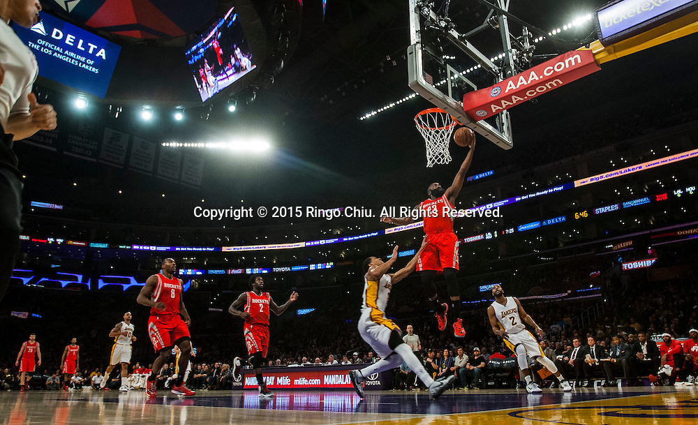 1月25日,休斯敦火箭隊後衛詹姆斯 - 哈登在比賽中上籃。當日,在2014-2015賽季NBA常規賽中,洛杉磯湖人隊主場以87比99不敵休斯頓火箭。(新華社發 趙漢榮攝)<br /> Houston Rockets guard James Harden (13) goes up for a shot against Los Angeles Lakers during their NBA game at Staples Center in Los Angeles, California on January 25, 2015 . Rockets defeated Lakers 99-87. (Xinhua/Zhao Hanrong)<br /> Photo by Ringo Chiu/PHOTOFORMULA.com)