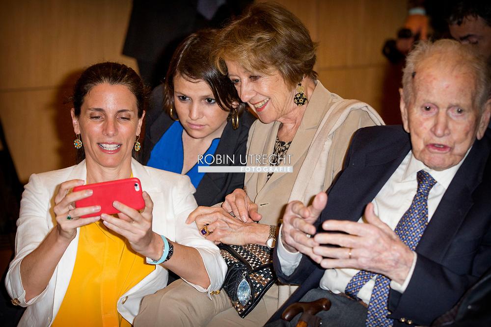 11-10-2016 BUENOS AIRESBUENOS AIRES - Jorge Zorreguieta (89) overleden <br /> Jorge Zorreguieta is op 89-jarige leeftijd in de kliniek Fundaleu in Buenos Aires overleden. Koningin Maxima, die in het weekeinde naar Argentini&euml; was gekomen, was in de kliniek aanwezig.    - the parents of Queen Maxima Jorge Zorreguieta en zijn vrouw Maria del Carmen cerruti Zorreguieta , de ouders van koningin Maxima en haar zus Ines , Public Address at Universidad Cat&Ucirc;lica Argentina , San Agust&Igrave;n Auditorium, UCA during her speech .   Queen Maxima visits Argentina in its role of special advocate of the Secretary-General of the United Nations for Inclusive Finance for Development. COPYRIGHT ROBIN UTRECHT NETHERLANDS ONLY Koningin Maxima  bezoek Argentinie in haar functie van speciale pleitbezorger van de secretaris-generaal van de Verenigde Naties voor Inclusieve Financiering voor Ontwikkeling. COPYRIGHT ROBIN UTRECHT NETHERLANDS ONLY<br /> Koningin Maxima ontmoet haar ouders voorafgaand aan de toespraak op de Katholieke Universiteit van Argentini&Icirc; (UCA). Maxima bezoekt Argentinie in haar rol van speciale pleitbezorger van de Secretaris generaal van de Verenigde Naties voor Inclusive Finance for Development.