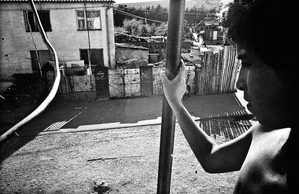 198 / Apartheid im Herzen Europas: EUROPA, SLOWAKEI, PRESOV, SVINIA, 01.09.2004: Die Slowakei ist seit 2004 Mitgliedsstaat der Europaeischen Union. Damit sind auch die etwa 600.000 in der Slowakei lebenden  Roma, die zehn Prozent der slowakischen Gesamtbevoelkerung ausmachen zu EU  Europaern geworden. Die Roma leben bereits seit dem 14. Jahrhundert auf slowakischen Gebiet, aber das Zusammenleben mit der slowakischen Bevoelkerung gestaltet sich nach apartheidaehnlichen Prinzipien. Eine rassistische Gesellschaftstrennung zieht sich von der Schule ueber den Arbeitsmarkt bis zur ghettoisierten Wohnsituation der Roma. Die slowakischen Roma leben isoliert von der slowakischen Bevoelkerung in den sogenannten Osadas (RomaSiedlungen) am Rand der Staedte und Doerfer, wo man  sie waehrend des Kommunismus versucht hat zwangsanzusiedeln. Die Mehrheit ist verarmt und lebt weit unterhalb des Existenzminimums. Sie leiden unter den taeglichen Folgen der Ausgrenzung und den Repressionen seitens der Bevoelkerung und des Staates.  Die in der Slowakei erschreckend große rechtsradikale Bewegung betreibt zudem seit Jahren eine rassistische Hetzjagd auf Roma, der schon zu viele Roma zum Opfer geworden sind.  Das Roma  Dorf Svinia gilt als Vorhoelle. Dort leben 700 Roma, die sogar von anderen Roma verachtet werden, weil sie als Hundeesser gelten. Der Ort ist in einen slowakischen und einen Zigeuner-Teil geteilt. Während der slowakische Teil sich als Weißes Svinia bezeichnet, ist Roma-Svinia von 100 prozent Arbeitslosigkeit und erschreckenden hygienischen und menschlichen Zustaenden gekennzeichnet. Drei Viertel der Bewohner von Svinia sind Jugendliche. - Marco del Pra / imagetrust - Stichworte: apartheid, Arbeitslosigkeit, architecture, arm, Armut, Ausgrenzung, black & white, broken, buidling, dirt, discrimination, Diskriminierung, eastern slovakia, EU, Europa, Europaeische Union, europe, Existenzminimum, Gesellschaftstrennung, gypsy, half, hero, Hetzjagd, Hundeesser, Jugendliche, man, Mod