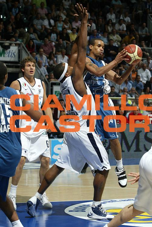 DESCRIZIONE : Bologna Lega A1 2005-06 Play Off Semifinale Gara 5 Climamio Fortitudo Bologna Carpisa Napoli <br /> GIOCATORE : Greer <br /> SQUADRA : Carpisa Napoli <br /> EVENTO : Campionato Lega A1 2005-2006 Play Off Semifinale Gara 5 <br /> GARA : Climamio Fortitudo Bologna Carpisa Napoli <br /> DATA : 11/06/2006 <br /> CATEGORIA : Passaggio <br /> SPORT : Pallacanestro <br /> AUTORE : Agenzia Ciamillo-Castoria/L.Villani