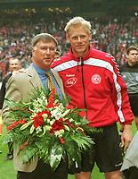 Sepp Piontek (tv) og Peter Schmeichel i forbindelse med sistnevntes siste kamp for Danmark.