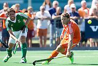ALMERE - Bob de Voogt (r)  in duel met de Ier Ronan Gormley tijdens de interland tussen de mannen van Nederland en Ierland (3-2) ter voorbereiding van het EK dat eind augustus in Londen wordt gehouden. COPYRIGHT KOEN SUYK