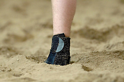 21-04-2006 VOLLEYBAL: THE BEACH OPEN: AALSMEER<br /> In het kader van het 10 jarig bestaan van The Beach werd de Dutch Open georganiseerd / De enkelband en het zand - beach item<br /> ©2006-WWW.FOTOHOOGENDOORN.NL