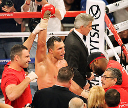 26.04.2015, Madison Square Garden, New York, USA, WBA, Wladimir Klitschko vs Bryant Jennings, im Bild l-r: Vitali Klitschko und alter und neuer Weltmeister im Boxen Schwergewicht Wladimir Klitschko // during IBF, WBO and WBA world heavyweight title boxing fight between Wladimir Klitschko of Ukraine and Bryant Jennings of the USA at the Madison Square Garden in New York, United Staates on 2015/04/26. EXPA Pictures © 2015, PhotoCredit: EXPA/ Eibner-Pressefoto/ Kolbert<br /> <br /> *****ATTENTION - OUT of GER*****