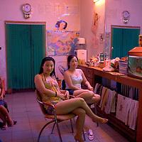 """Uno de los cientos de """"peluquerias"""" que abundan por la ciudad y que forman parte de las zonas rojas de tolerancia que se dan en todo el pais.  Beijing, China/ Fotografo: Bernardo De Niz"""