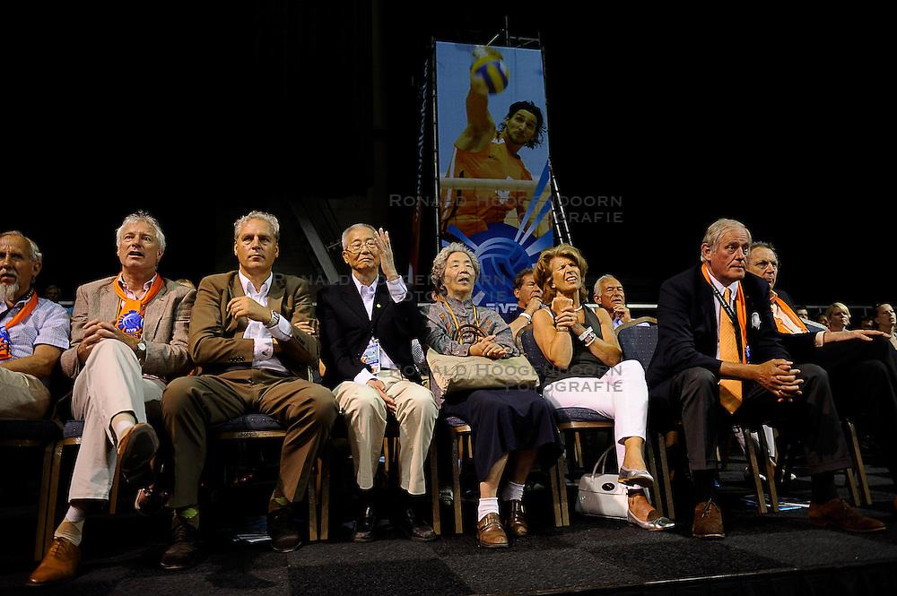 27-06-2010 VOLLEYBAL: WLV NEDERLAND - BRAZILIE: ROTTERDAM<br /> Nederland verliest met 3-2 van Brazilie / VIP Marcel Sturkenboom, FIVB president Mr. Wei en Hans Nieukerke<br /> &copy;2010-WWW.FOTOHOOGENDOORN.NL