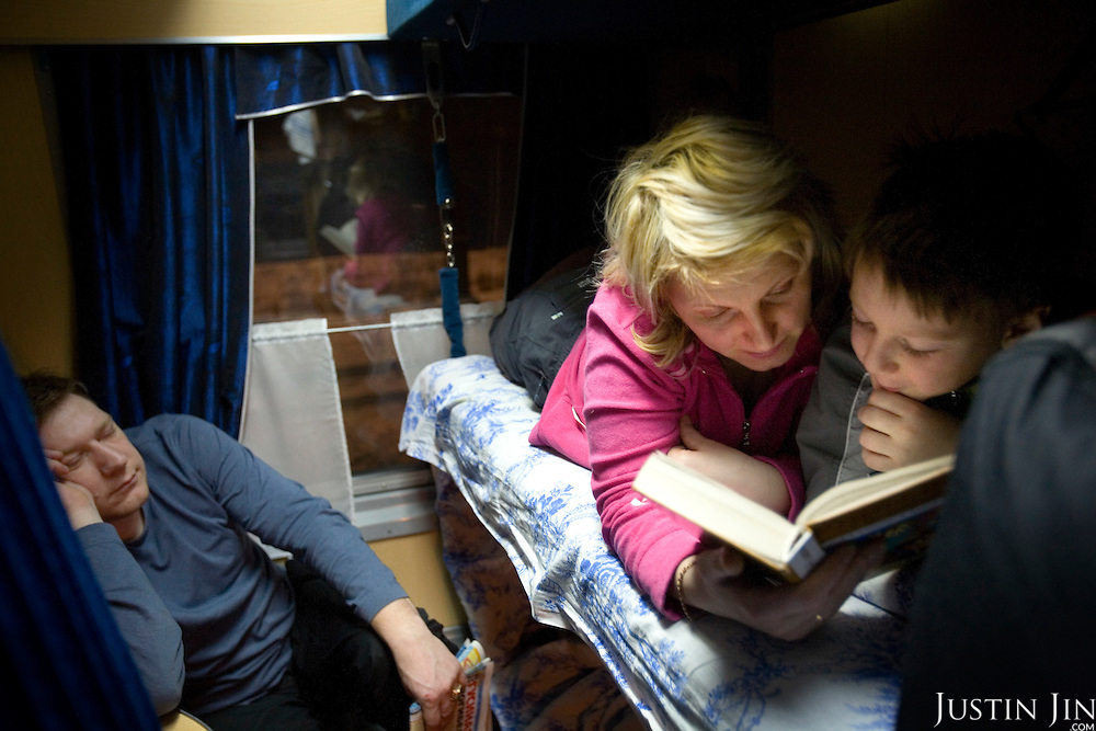 A family takes a night train across Russia. The train, beginning in Berlin, Germany, goes through Poland and Belarus, and ends in Irkutsk, Russia. The entire journey takes six days.