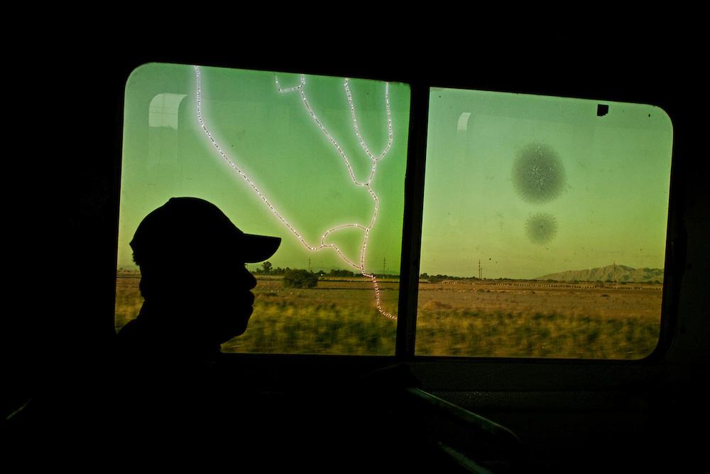 Contraluz de un pasajero sobre los autobuses Chavéz Directo Torreón.