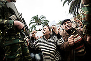 TUNISI. CITTADINI TUNISI IN GINOCCHIO DAVATI AI SOLDATI DURANTE UNA MANIFESTAZIONE PUBBLICA CONTRO IL PARTITO RCD DELL'EX PRESIDENTE DELLA TUNISIA BEN ALI;