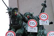 """Roma 5 Giugno 2008.  <br /> L' Associazione ambientalista  """"Terra""""  per protesta contro l'emissione di CO2, ha applicato  su 150 statue di Roma  mascherine antinquinamento e cartelli contro il CO2.Il monumento a Garibaldi al Gianicolo<br /> Rome June 5, 2008.  <br /> L 'Environmental association """"Earth"""" in protest against the emission of CO2, has applied to 150 statues of Rome anti-pollution masks and poster against the CO2."""