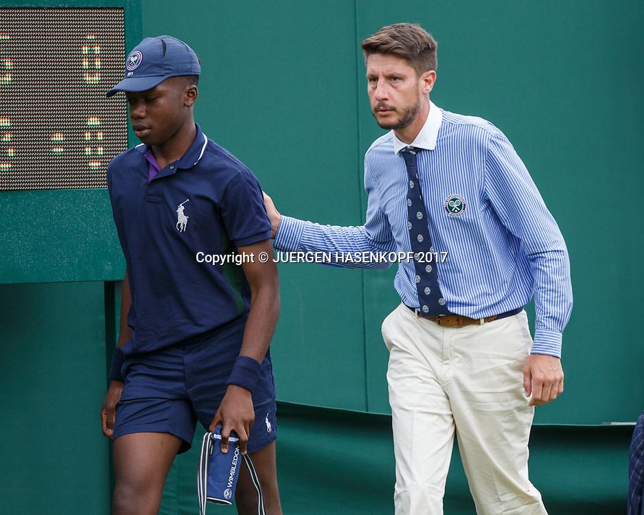 Wimbledon Feature,Schiedsrichter escortiert  eine Balljungen vom Platz der sich unwohl fuehlt.<br /> <br /> Tennis - Wimbledon 2017 - Grand Slam ITF / ATP / WTA -  AELTC - London -  - Great Britain  - 3 July 2017.