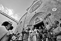 Ostuni Cavalcata S.Oronzo agosto 2012. Folla di spettatori che osservano la sfilata dei cavalli con  ripresa dal basso e sullo sfondo la Cattedrale..Sant'Oronzo si nascose anche in una grotta a Ostuni, nel luogo dove è stata poi costruita la chiesa e il relativo Santuario. I festeggiamenti si svolgono nella Città Bianca il 25, 26 e 27 agosto con la rinomata Cavalcata di Sant'Oronzo, una processione nella quale sfilano esponenti del clero e dell'amministrazione comunale, seguiti da cavalli e cavalieri, con stoffe rosse ricche di ricami e lustrini. I festeggiamenti comprendono anche due fiere e uno spettacolo di fuochi.