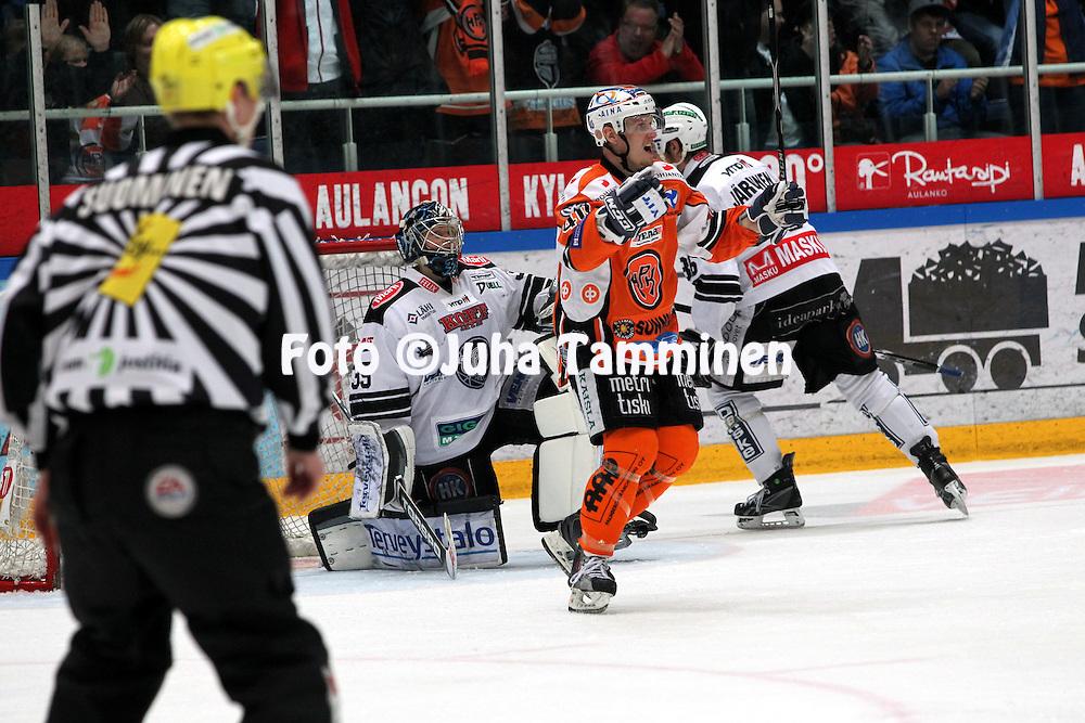 22.04.2010, Patria Areena, H?meenlinna..J??kiekon SM-liiga 2009-10, playoffs 1. loppuottelu HPK - TPS..Joonas Vihko on tehnyt HPK:n 2-2 tasoituksen.©Juha Tamminen.