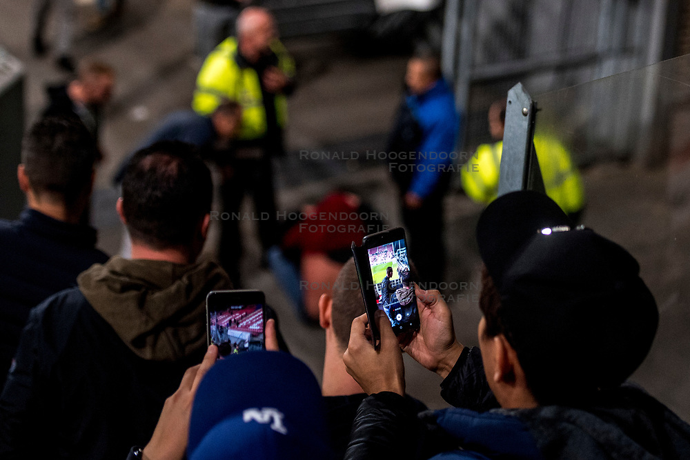 27-09-2018 NED: FC Utrecht - MVV Maastricht, Utrecht<br /> First round Dutch Cup stadium Nieuw Galgenwaard / <br /> Sercurity and ME police must act against supporters of MVV...bystanders film the actions of police and supporters