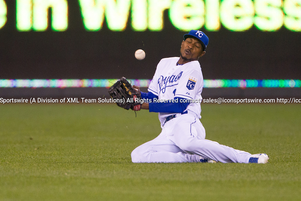 October 22, 2014: Kansas City Royals center fielder Jarrod Dyson (1) bobbles a ball in the outfield during the MLB World Series Game 2 between the San Francisco Giants and the Kansas City Royals at Kauffman Stadium in Kansas City, Missouri.  The Giants lead the series 1-0.  The Royals defeated the Giants 7-2 to tie the series at 1-1