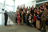 24 OCT 2003, BERLIN/GERMANY:<br /> Gerhard Schröder (L), SPD, Bundeskanzler, spricht waehrend einem Empfang zu Angehoerigen von im Ausland stationierten Bundeswehr Soldaten,mitten in der Gruppe: und Peter Struck, SPD, Bundesverteidigungsminister, Bundeskanzleramt<br /> IMAGE: 20031024-02-009<br /> KEYWORDS: Gerhard Schröder