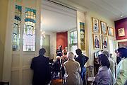 Nederland, Beek, 9-9-2007..Door architect Oscar Leeuw ontworpen Villa Zonneheuvel tijdens open monumentendag...Een oud bewoner geeft uitleg. In het huis bevinden zich o.a. verschillende glas in lood ramen in Jugendstil, art nouveau, stijl ..Foto: Flip Franssen/Hollandse Hoogte