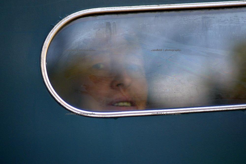 Eine Atomkraftgegnerin schaut durch das Fenster eines Gefangenenbusses der Polizei. Während der Proteste gegen die Castortransporte nach Gorleben werden immer wieder viele Protestierende festgenommen.