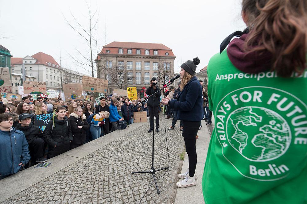 """22 MAR 2019, BERLIN/GERMANY:<br /> Luisa Neubauer, Aktivistin, Geografiestudentin und Mitbegruenderin der Schuelerproteste, spricht auf einer Demo """"Fridays for Future"""" fuer mehr Klimaschutz, Invalidenpark<br /> IMAGE: 20190322-01-019<br /> KEYWORDS: Demonstration, Protest, portester, Youth, Clima, climate change, Demonstranten, Klimarettung, Demo, Schulstreik, Streik, Schüler, Klimawandel."""