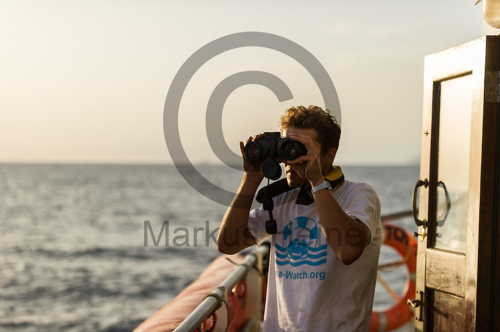 Oscar Schaible schaut am 18.09.2016 auf dem Fluechtlingsrettungsboot Sea-Watch 2 vor Malta mit einem Fernglas auf das Meer. Foto: Markus Heine / heineimaging<br /> <br /> ------------------------------<br /> <br /> Veroeffentlichung nur mit Fotografennennung, sowie gegen Honorar und Belegexemplar.<br /> <br /> Publication only with photographers nomination and against payment and specimen copy.<br /> <br /> Bankverbindung:<br /> IBAN: DE65660908000004437497<br /> BIC CODE: GENODE61BBB<br /> Badische Beamten Bank Karlsruhe<br /> <br /> USt-IdNr: DE291853306<br /> <br /> Please note:<br /> All rights reserved! Don't publish without copyright!<br /> <br /> Stand: 09.2016<br /> <br /> ------------------------------