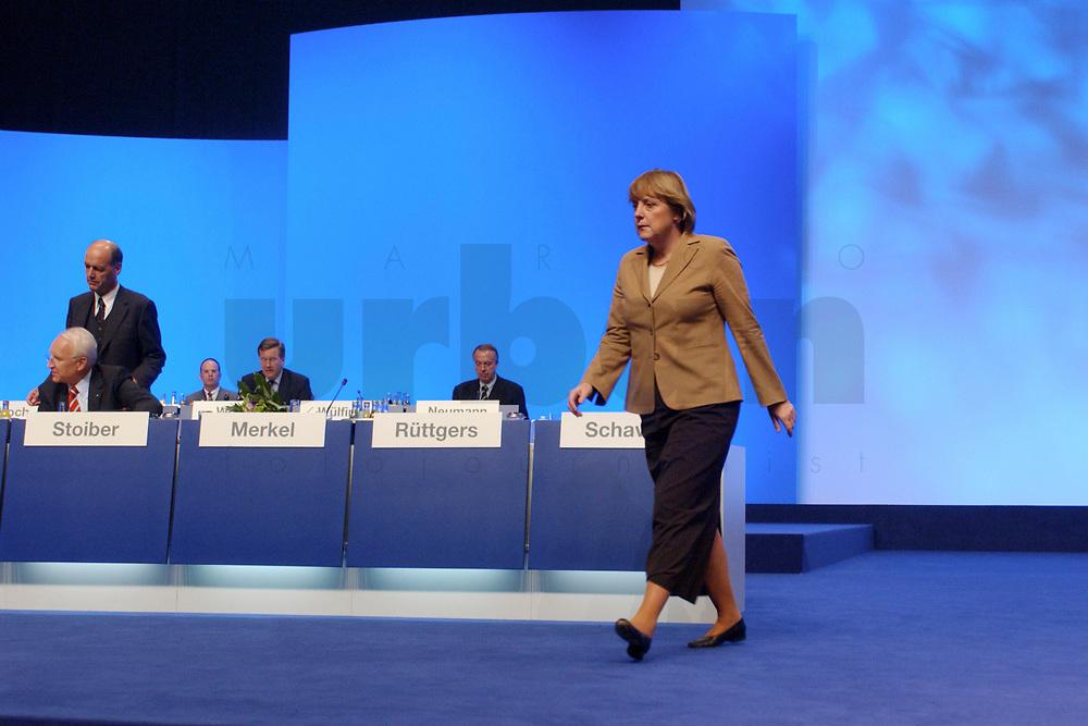 11 NOV 2002, HANNOVER/GERMANY:<br /> Angela Merkel, CDU Bundesvorsitzende, auf dem Weg zum Rednerpult, CDU Bundesparteitag, Hannover Messe<br /> IMAGE: 20021111-01-188<br /> KEYWORDS: Parteitag, party congress,