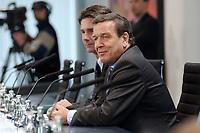 11 DEC 2002, BERLIN/GERMANY:<br /> Gerhard Schroeder, SPD, Bundeskanzler, waehrend einer Pressekonferenz zur Bilanz des Kuratoriums Fluthilfe, Infosaal, Bundeskanzleramt<br /> IMAGE: 20021211-01-027<br /> KEYWORDS: Gerhard Schröder