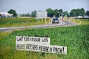 Nederland, Maurik, 30-5-2012Nieuwe verbindingsweg tussen de provinciale weg en de toegang naar het dorp.Protest tegen het feit dat er geen fietspad naast ligt.Foto: Flip Franssen/Hollandse Hoogte