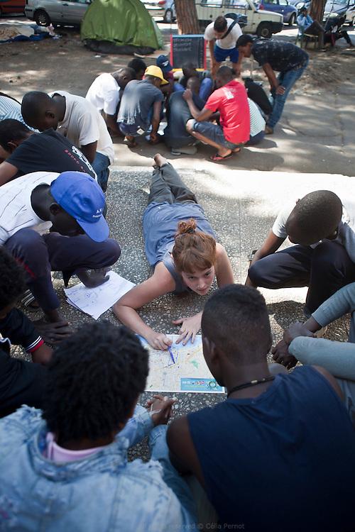 À Vintimille, entre France et Italie, les militants du réseau No Border portent assistance à des réfugiés qui se retrouvent là devant une énième frontière à franchir. Le camp No Border est d'abord un camp de passage : les migrants y récupèrent des forces avant de franchir la frontière, apprennent le français, les cartes qui leur permettront de s'orienter.