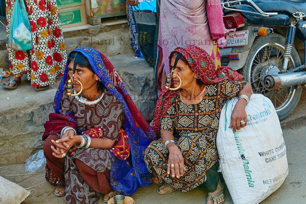 Inde, Gujarat, Kutch, femmes Jat au marché de Anjar // India, Gujarat, Kutch, Jat women at Anjar market