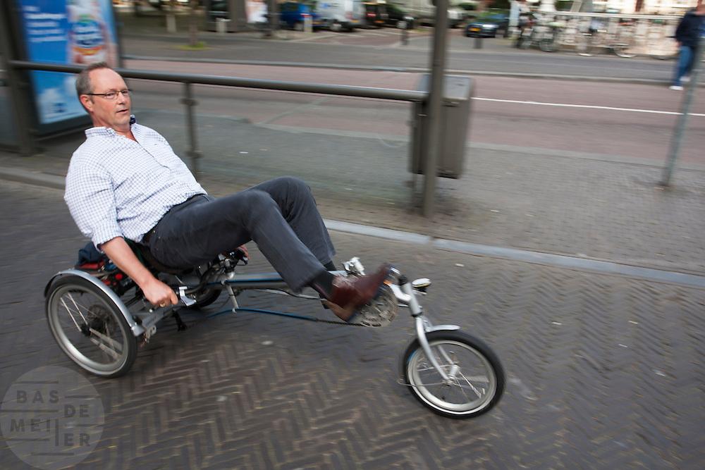 Een man rijdt op een ligfiets door Utrecht.<br /> <br /> A man is riding on a recumbent bike.