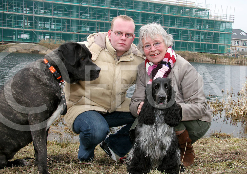 060317, hardenberg, ned<br /> Martijn Jongsma (L) met zijn hond Bo (L) heeft afgelopen zondag het hondje De Kock (R) van mevrouw (R) uit het water gered omdat hij door het ijs was gezakt en daar is mevrouw hem eel dankbaar voor,<br /> fotografie frank uijlenbroek&copy;2006 jasper van der zwan