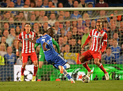 30.04.2014, Stamford Bridge, London, ENG, UEFA CL, FC Chelsea vs Atletico Madrid, Halbfinale, Rueckspiel, im Bild Chelsea's midfielder Ramires takes a shot at goal // Chelsea's midfielder Ramires takes a shot at goal during the UEFA Champions League Round of 4, 2nd Leg Match between Chelsea FC and Club Atletico de Madrid at the Stamford Bridge in London, Great Britain on 2014/05/01. EXPA Pictures © 2014, PhotoCredit: EXPA/ Mitchell Gunn<br /> <br /> *****ATTENTION - OUT of GBR*****