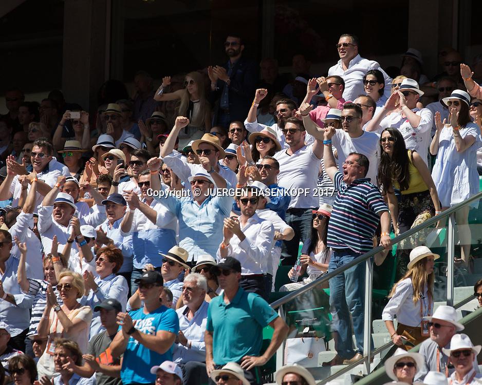 French Open 2017 Feature,jubelnden Fans auf der oberen Tribuene, Zuschauer,Emotion<br /> <br /> Tennis - French Open 2017 - Grand Slam / ATP / WTA / ITF -  Roland Garros - Paris -  - France  - 10 June 2017.