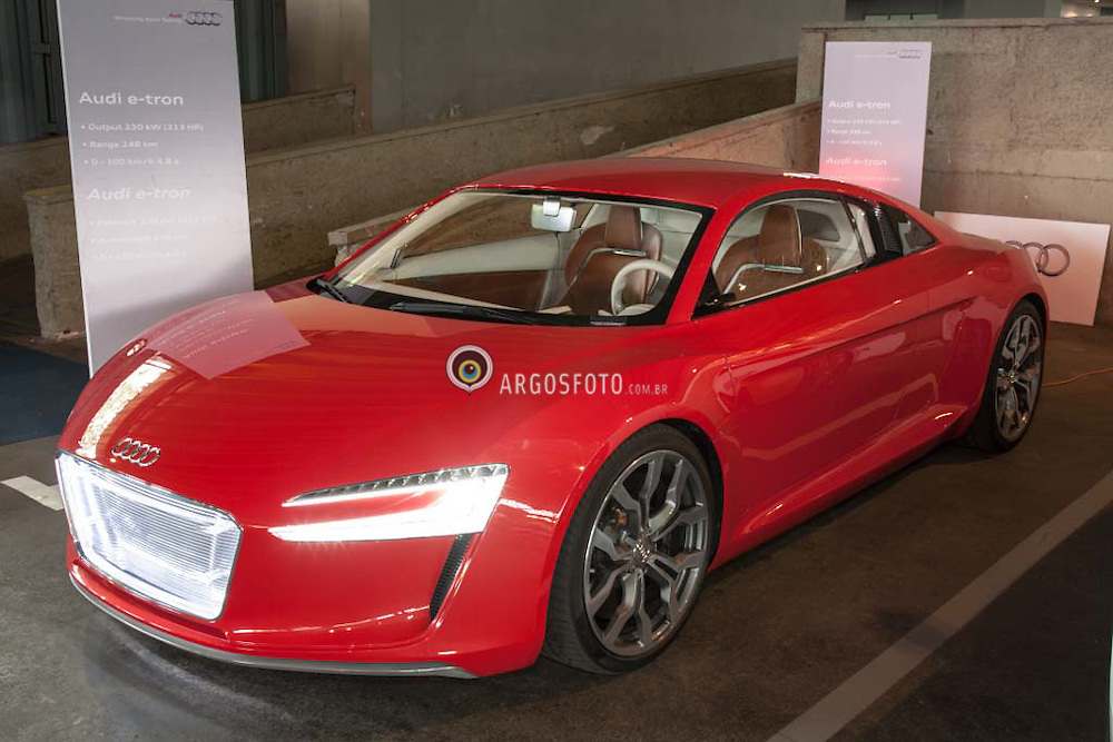 Audi R8 e-tron eh um prototipo baseado no superesportivo R8, com 4 motores eletricos.  / The Audi e-tron family is a series of electric and hybrid concept cars shown by Audi from 2009 onwards. Audi R8 e-tron, providing four-wheel drive.